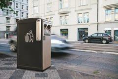 Ένα σύγχρονο έξυπνο δοχείο απορριμμάτων στην οδό στην Πράγα στοκ φωτογραφία με δικαίωμα ελεύθερης χρήσης