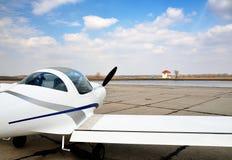 Ένα σύγχρονο ελαφρύ αεροσκάφος στο αεροδρόμιο Στοκ Εικόνες