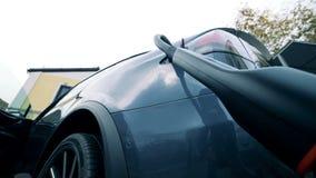 Ένα σύγχρονο ηλεκτρικό αυτοκίνητο που χρεώνει, κατώτατη άποψη απόθεμα βίντεο