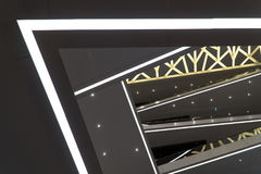 Ένα σύγχρονο κτήριο με το α μέσω του κέντρου κεντρικές σύγχρονες αγ&omicro Το παιχνίδι των μορφών Στοκ Εικόνες