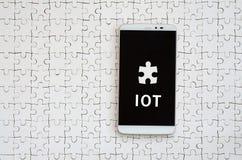 Ένα σύγχρονο μεγάλο smartphone με μια οθόνη αφής βρίσκεται άσπρα jigs στοκ φωτογραφίες