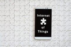 Ένα σύγχρονο μεγάλο smartphone με μια οθόνη αφής βρίσκεται άσπρα jigs στοκ εικόνα