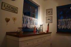 Ένα σύγχρονο ράφι με πολλή διακόσμηση Στοκ Εικόνες