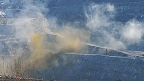 Ένα σύννεφο της σκόνης μετά από την έκρηξη των βράχων στο λατομείο φιλμ μικρού μήκους
