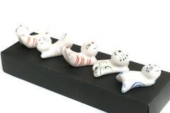 Ένα σύνολο άσπρης γάτας αργίλου πέντε διαμόρφωσε chopstick το υπόλοιπο στοκ εικόνες με δικαίωμα ελεύθερης χρήσης