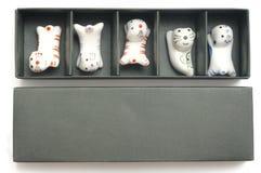 Ένα σύνολο άσπρης γάτας αργίλου πέντε διαμόρφωσε chopstick το υπόλοιπο στοκ εικόνες