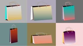 Ένα σύνολο έξι πολύχρωμων τσαντών εγγράφου κλίσης ρεαλιστικών μαζικών για τις αγορές των διαφορετικών μορφών και των μεγεθών με τ Στοκ εικόνες με δικαίωμα ελεύθερης χρήσης