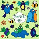 Ένα σύνολο απεικονίσεων των αστείων πουλιών με τα λουλούδια και των μελισσών διανυσματική απεικόνιση
