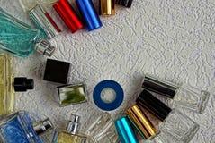 Ένα σύνολο γυαλιού χρωμάτισε τα μπουκάλια με το άρωμα σε μια γκρίζα επιφάνεια Στοκ φωτογραφία με δικαίωμα ελεύθερης χρήσης