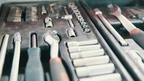 Ένα σύνολο εργαλείων για την επισκευή - κατσαβίδι, βολτόμετρο, γαλλικά κλειδιά - υπηρεσία αυτοκινήτων φιλμ μικρού μήκους