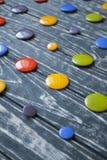 Ένα σύνολο ζωηρόχρωμων κουμπιών γυαλιού για τα ενδύματα Στοκ εικόνα με δικαίωμα ελεύθερης χρήσης