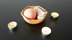 Ένα σύνολο καλλυντικών για τη λήψη ενός λουτρού είναι στον πίνακα Αναμμένα κεριά απόθεμα βίντεο