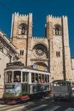 Ένα σύνολο καροτσακιών των τουριστών διασχίζει με ένα τρίτροχο όχημα, στοκ φωτογραφία με δικαίωμα ελεύθερης χρήσης