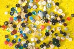 Ένα σύνολο κουμπιών σε ένα κίτρινο υπόβαθρο ραπτική, χόμπι, δημιουργικό, αντίκες Στοκ φωτογραφία με δικαίωμα ελεύθερης χρήσης