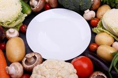 Ένα σύνολο λαχανικών γύρω από το πιάτο στοκ εικόνες