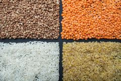 Ένα σύνολο οργανικών χρήσιμων δημητριακών για τη διατροφή: φακές, ρύζι, bulgur και φαγόπυρο στοκ φωτογραφία με δικαίωμα ελεύθερης χρήσης