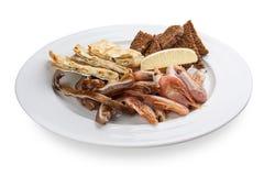 Ένα σύνολο πρόχειρων φαγητών για την μπύρα Αυτιά χοιρινού κρέατος, γαρίδες, ψωμί pita με το τυρί στοκ φωτογραφίες