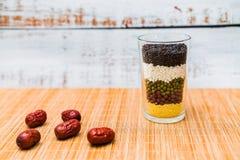 Ένα σύνολο φλυτζανιών του σιταριού και των διάφορων σιταριών στοκ φωτογραφία με δικαίωμα ελεύθερης χρήσης