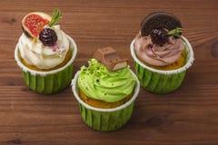 Ένα σύνολο cupcakes σε ένα ξύλινο υπόβαθρο Στοκ εικόνες με δικαίωμα ελεύθερης χρήσης