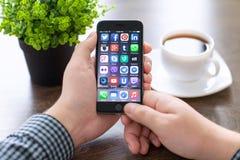 Ένα σύνολο διάσημης κοινωνικής δικτύωσης στο iPhone 6 Στοκ εικόνες με δικαίωμα ελεύθερης χρήσης