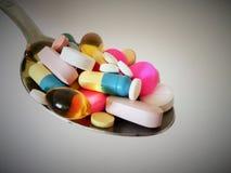 Ένα σύνολο κουταλιών των φαρμάκων στοκ εικόνες
