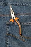 Ένα σύνολο μακριών πενσών μύτης στην πίσω τσέπη ενός τζιν Στοκ Φωτογραφία