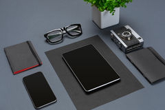 Ένα σύνολο μαύρων εξαρτημάτων γραφείων, γυαλιά, πράσινο λουλούδι και έξυπνος στο γκρίζο υπόβαθρο Στοκ φωτογραφίες με δικαίωμα ελεύθερης χρήσης