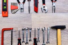Ένα σύνολο με το εργαλείο σε έναν ξύλινο πίνακα Σφυρί, κατσαβίδι, gayachnye γαλλικά κλειδιά, πένσες, κόπτες καλωδίων Τοπ όψη Στοκ Εικόνα