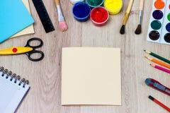 Ένα σύνολο χαρτικών στο ξύλινο υπόβαθρο, η θέση του καλλιτέχνη Στοκ φωτογραφίες με δικαίωμα ελεύθερης χρήσης