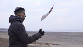 Ένα τέρας mutamt ρίχνει επάνω στο μεγάλο μεγάλο μαχαίρι και περιστροφή του στη χέρσα περιοχή Έννοια χαρακτήρα φρίκης, που οπλίζετ απόθεμα βίντεο