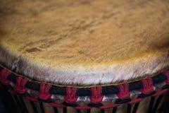 Ένα τεμάχιο ενός μουσικού οργάνου - αφρικανικό τύμπανο Στοκ Εικόνα