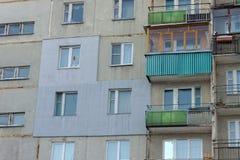 Ένα τεμάχιο ενός multi-storey συγκεκριμένου κατοικημένου κτηρίου επιτροπής με μια εξωτερικά εφαρμοσμένη εξωτερική μόνωση στοκ εικόνες με δικαίωμα ελεύθερης χρήσης