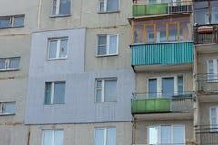 Ένα τεμάχιο ενός multi-storey συγκεκριμένου κατοικημένου κτηρίου επιτροπής με μια εξωτερικά εφαρμοσμένη εξωτερική μόνωση στοκ φωτογραφίες