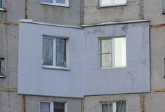 Ένα τεμάχιο ενός multi-storey συγκεκριμένου κατοικημένου κτηρίου επιτροπής με μια εξωτερικά εφαρμοσμένη εξωτερική μόνωση στοκ εικόνες