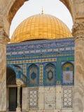 Ένα τεμάχιο του θόλου του βράχου, η μουσουλμανική λάρνακα στο ναό τοποθετεί στην παλαιά πόλη της Ιερουσαλήμ στοκ εικόνες
