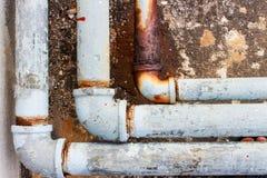 Ένα τεμάχιο του παλαιού αγωγού και οι κοινοί σωλήνες διαβρώνουν Στοκ εικόνα με δικαίωμα ελεύθερης χρήσης