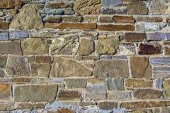 Ένα τεμάχιο του τοίχου ενός πραγματικού μεσαιωνικού κάστρου Τοίχος φρουρίων της μεγάλης πέτρας στοκ εικόνα με δικαίωμα ελεύθερης χρήσης