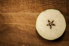 Ένα τεμαχισμένο μήλο στην κορυφή Στοκ φωτογραφία με δικαίωμα ελεύθερης χρήσης