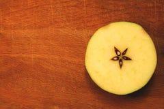 Ένα τεμαχισμένο μήλο στην κορυφή Στοκ Εικόνες