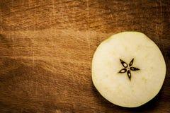 Ένα τεμαχισμένο μήλο στην κορυφή Στοκ εικόνες με δικαίωμα ελεύθερης χρήσης