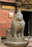 Ένα τεράστιο λιοντάρι πετρών που φρουρεί το μουσείο Patan σε Patan, Νεπάλ Στοκ Φωτογραφία