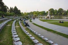 Ένα τετράγωνο πάρκων με τις σειρές των καρεκλών Στοκ φωτογραφία με δικαίωμα ελεύθερης χρήσης