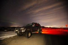 Ένα τζιπ τη νύχτα στην Ισλανδία Στοκ Εικόνες