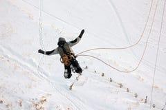 Ένα την άτομο πέφτει από ένα ύψος κατά άλμα με ένα σχοινί Στοκ Εικόνες