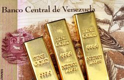 Ένα της Βενεζουέλας τραπεζογραμμάτιο 100 Bolivares με τρεις χρυσούς φραγμούς στοκ φωτογραφίες