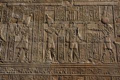 Ένα τμήμα του τοίχου που γειτονεύει με το mammmisi (σπίτι γέννησης) στο ναό Horus σε Edfu στην Αίγυπτο Στοκ Φωτογραφίες