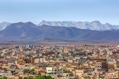 Ένα τμήμα του χωριού Tinerhir στο Μαρόκο με τα θαυμάσια υψηλά βουνά ατλάντων στο υπόβαθρο Στοκ εικόνες με δικαίωμα ελεύθερης χρήσης