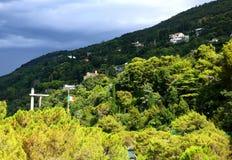 Ένα τοπίο βουνών με ένα χωριό στην Τεργέστη, Ιταλία, με ένα φ Στοκ εικόνες με δικαίωμα ελεύθερης χρήσης
