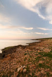 Ένα τοπίο θάλασσας πριν από το ηλιοβασίλεμα, σε μια μεσογειακή ακτή Στοκ εικόνα με δικαίωμα ελεύθερης χρήσης