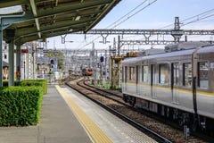 Ένα τοπικό τραίνο που έρχεται στο σταθμό JR στοκ φωτογραφίες με δικαίωμα ελεύθερης χρήσης